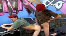 Deux Américains gays se baisent dans une cantine de l'armée