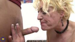 Seule une vieille blonde sexy laisse sa bite aussi sur Cam4
