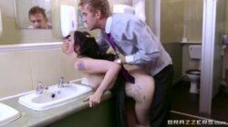 Une fille baisée dans les toilettes de Pornhub